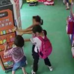 中国の子供が自動販売機を壊す